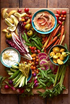 How To Assemble a Gorgeous Crudité Platter from www. (What's Gaby Cooking) christmas fingerfood Appetizers For Party, Appetizer Recipes, Buffet Party, Table Party, Whats Gaby Cooking, Clean Eating, Healthy Eating, Snacks Saludables, Think Food