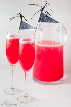 Perfect New Year's Eve Non-Alcoholic Party Punch from Bakingdom Refreshing Drinks, Fun Drinks, Yummy Drinks, Cold Drinks, Party Drinks, Beverages, Fruity Drinks, Non Alcoholic Drinks, Cocktails