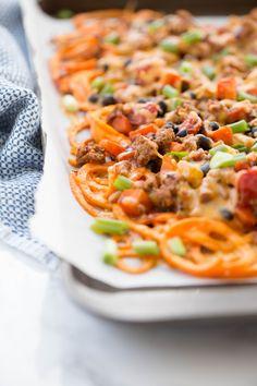 Spiralized Chili Cheese Fries Sweet Potato Spiralizer Recipes, Sweet Potato Recipes, Healthy Food Blogs, Healthy Eating, Healthy Recipes, Clean Eating, Entree Recipes, Side Recipes, Dinner Recipes