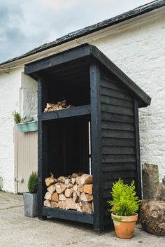 Adorable 51 Pretty Diy Outdoor Firewood Storage Design Ideas To Have Right Now Outdoor Firewood Rack, Firewood Shed, Firewood Storage, Backyard Sheds, Backyard Landscaping, Black Shed, Log Shed, Wood Storage Sheds, Storage Design
