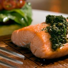 Healthy Recipe: Baked Salmon with Pesto. Learn how to bake the perfect salmon with this healthy recipe. Topped with delicious, homemade pesto, this salmon recipe can easily be reheated or served chilled with salad. Fish Recipes, Seafood Recipes, Great Recipes, Cooking Recipes, Favorite Recipes, Healthy Recipes, Thm Recipes, Pesto Salmon, Roasted Salmon