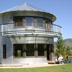 What is grain bin house? It's another anti-mainstream house design you must know! Here we provide the best ideas of grain bin house ideas. Silo House, My House, Grain Silo, Unusual Homes, Green Architecture, Round House, Metal Buildings, Metal Homes, Little Houses