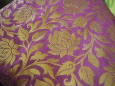 Ceci est floral tissu de conception d'un beau brocart de soie pure dans Fuchsia Rose et Or. Le tissu illustrent petites vignes florales tissées d'or sur fond rose Pelure d'oignon.  Vous pouvez...