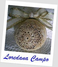 Il Bosco Incantato di Loredana Campo: Sfera natalizia pizzo effetto antichizzato