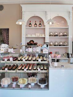 Cake Display is nice Peggy Porschen Cakes Patisserie Paris, Patisserie Design, Logo Patisserie, Boutique Patisserie, Patisserie Fine, Decoration Patisserie, Bakery Design, Cafe Design, Janes Patisserie