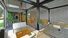 Přes svou strohou a sevřenou vnější formu nabízí dům uvnitř překvapivě otevřený a velkorysý prostor, výborně propojený s vnějškem