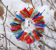 Over 25 ways to use up felt scraps - lots of no sew felt projects and simple felt sewing tutorials to use up your felt scrap stash!
