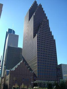 Natios Bank Center - Housto, Texas 1983  El Nations Bank Center es un rascacielos que representa uno de los primeros ejemplos significativos de la arquitectura posmoderna de la construcción en el centro de Houston. El edificio fue diseñado por Philip Johnson y John Burgee en 1983 y tiene una altura de 240 metros y 56 plantas.