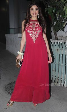 Alia with Sidharth, Bipasha with Karan, Saif, Jacqueline attend Hrithik's Diwali party Embroidery On Kurtis, Kurti Embroidery Design, Hand Embroidery, Salwar Designs, Blouse Designs, Fancy Kurti, Diwali Party, Plain Dress, Western Outfits
