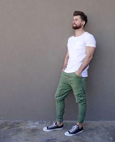 Comprar ropa de este look: https://lookastic.es/moda-hombre/looks/camiseta-con-cuello-barco-blanca-pantalon-cargo-verde-oliva-zapatillas-bajas-negras-y-blancas/11016 — Camiseta con Cuello Circular Blanca — Pantalón Cargo Verde Oliva — Tenis en Negro y Blanco