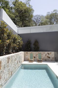 Backyard Pool Designs, Small Backyard Pools, Small Pools, Swimming Pools Backyard, Swimming Pool Designs, Garden Pool, Pool Landscaping, White Exterior Houses, Dream House Exterior