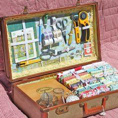 Из старого чемодана можно сделать удобный и красивый сундучок для хранения рукоделия и инструментов. 35 фото чемоданов-сундучков рукодельниц из разных стран.