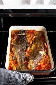 Pastrav la cuptor pe pat de ceapa Fish Recipes, Healthy Recipes, Romanian Food, Jamie Oliver, Unique Recipes, Meatloaf, Cocktail Recipes, Seafood, Deserts