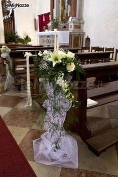 http://www.lemienozze.it/gallerie/foto-fiori-e-allestimenti-matrimonio/img25228.html Decorazione floreale per la cerimonia in chiesa con fiori per il matrimonio bianchi