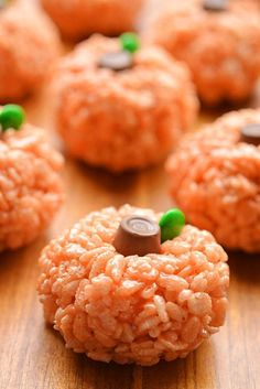 Krispie Treat Pumpkins These popular pumpkin treats are up nearly 29 times ., Rice Krispie Treat Pumpkins These popular pumpkin treats are up nearly 29 times ., Rice Krispie Treat Pumpkins These popular pumpkin treats are up nearly 29 times . Halloween Party Snacks, Bonbon Halloween, Postres Halloween, Dessert Halloween, Snacks Für Party, Halloween Foods, Funny Halloween, Halloween Dishes, Trendy Halloween