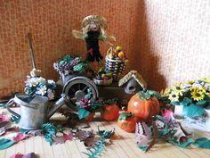 Herbstszene mit Handwagen, Vogelscheuche, Kürbissen, Blumen, Herbstblättern ...