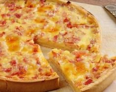 The original Quiche Lorraine consisted of an open pie, made using a bottom crust with a filling of custard and smoked bacon. A cast iron skillet was used to cook the original Quiche. The cheese was added to the recipe at a much later time. Quiches, Quiche Sans Creme Fraiche, Crustless Quiche Lorraine, National Pizza, Smoked Bacon, Weight Watchers Meals, Holiday Recipes, Chorizo, Vegetarian