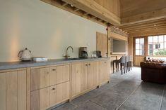 Kom tot rust in deze op maat gemaakte rustieke landelijke keuken van de Bosbeke. Geniet van voldoende opbergruimte, een eigen barmeubel en ruim keukeneiland. Meer info op onze website.