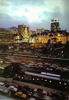 Natal de 1969 - Anhangabaú. A árvore de Natal na fachada do Mappin e o Teatro Municipal de São Paulo todo iluminado.