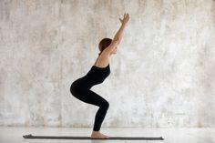 Abnehmen durch Yoga: 8 effektive Übungen für den Fettabbau Fitness Workouts, Fitness Del Yoga, Health Fitness, Asana, Yoga Yin, Chair Exercises, Sporty Girls, Yoga Routine, Squats