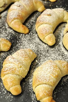 Quicker crescent rolls stuffed with cheese or nutella Sweets Recipes, Baby Food Recipes, Food Network Recipes, Cooking Recipes, Sausage Roll Pastry, Greek Cookies, Greek Pastries, The Kitchen Food Network, Bread Dough Recipe