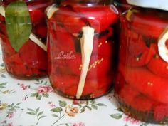 Gogosari in suc propriu (conservati la rece) Canning Pickles, Pickels, Romanian Food, Canning Recipes, Preserves, Mason Jars, Food And Drink, Cookie Recipes, Stuffed Peppers