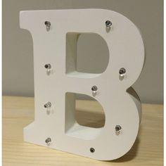 Letra B de madera luminosa. Además de decorar, proyectan una luz suave y acogedora.