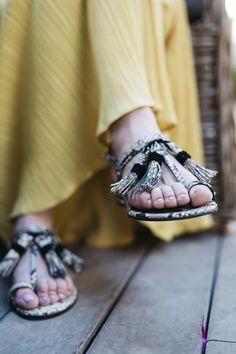 Sandalias planas LILI. Con adornos en el empeine y color negro.