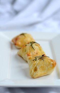 Fingerfood, das nicht nur lecker schmeckt, sondern auch gut aussieht: Blätterteigpäckchen, gefüllt mit Ziegenkäse, Birne, Honig und Rosmarin.