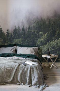 Rest einfach unter den Baumwipfeln mit dieser atemberaubend schönen Waldtapete. Intensive Farben des smaragdgrünen Kontrast der dicke Nebel, so dass Sie Ihr Schlafzimmer Räume Tiefe und Charakter.