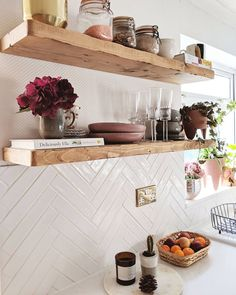 Decorative Saturday: the 5 most beautiful living trends from July .- Dekosamstag: Die 5 schönsten Living Trends aus Juli Decorative Saturday: the 5 most beautiful living trends from July - Diy Kitchen Storage, Home Decor Kitchen, Interior Design Kitchen, Kitchen Organization, Kitchen Shelves, Cabinet Storage, Decorating Kitchen, Kitchen Rustic, Country Kitchen