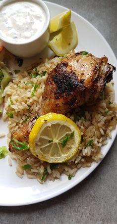 Todayyy, je vous partage cette recette à base de poulet et de riz au saveur grecque, que j'ai déniché sur le blog de RecipeTinEats. Elle est tout simplement délicieuse et super simple à réaliser. Je l'ai faite avec des pilons mais vous pouvez aussi le faire avec des ailes, des hauts de cuisses ou cuisses entières. privilégiez une partie avec des os, ça donnera plus de goût. En accompagnement, j'ai fait une salade avec salade, tomate, oignon rouge, dés de fromage, persil et une sauce blanche…
