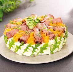 Vill du bjuda på något riktigt gott? Gör den här festliga smörgåstårtan i god tid, svep in den i plastfolie och lägg den kallt tills den ska garneras. Det gör du strax innan gästerna kommer!