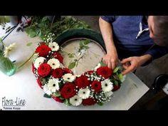 Blumengesteck in Zeitraffer selber machen: Blumenkranz rot weiss - YouTube Funeral Flower Arrangements, Funeral Flowers, Floral Arrangements, Jobs In Art, Funeral Urns, Fresh Flowers, Event Decor, Fabric Flowers, Flower Art