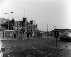 Station Haarlem omstreeks 1965 waar steeds meer parkeerruimte komt voor de automobilist - Serc