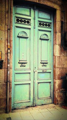 Un color único.... Linda puerta...
