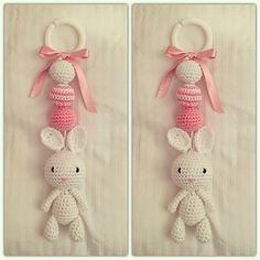 Det här är bland de sötare sakerna jag virkat tror jag! En kanin kombinerat med söta rosa detaljer! Perfekt att hänga på vagnen till en lite... Crochet Baby Toys, Crochet Animals, Baby Knitting, Hobbies And Crafts, Diy And Crafts, Amigurumi Patterns, Crochet Patterns, Baby Barn, Crochet Mobile