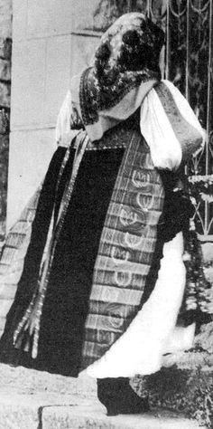 """Asszony díszesen kivarrott muszujposztós """"muszuj""""-ban; feltűzött elejű szoknyában (Magyarvista, v. Kolozs m.) Folk Costume, Costumes, Hungary, 1, Military, Times, Traditional, Beautiful, Dress Up Clothes"""