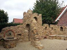 Eine Gartenmauer im Stil einer Ruine aus Sandstein
