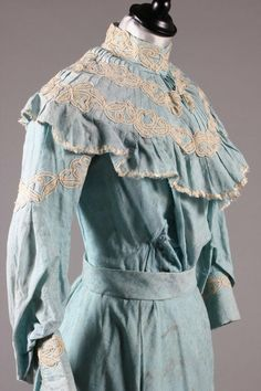 A blue figured cotton summer gown, circa front close up. 1900s Fashion, Victorian Fashion, Ladies Fashion, Historical Costume, Historical Clothing, Edwardian Gowns, Summer Gowns, Tea Gown, Diy Keychain