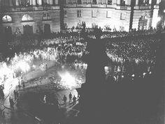 """Multidão reunida na praça da Ópera de Berlim, (<i>Opernplatz</i>), para participar da queima de livros considerados """"não-alemães"""" pelos nazistas. Berlim, Alemanha. Dia 10 de maio de 1933."""