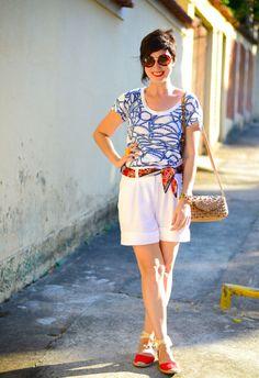 506238f1e28aa blusa de estampa de cordas de navio azuis, bermuda branca de linho,  espadrilhe vermelha