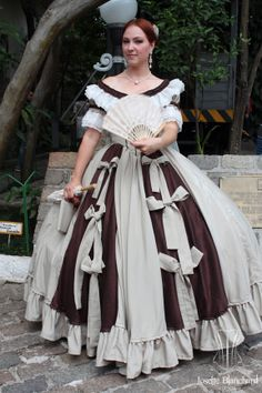 """Vestido """"Early Victorian"""" ( 1860 ) em crepe bege e shantung marrom com rendas e babados e laços. Era das crinolinas.  Underwear: Chemise e bloomer, corset midbust vitoriano ( 1860 ), crinolina em barbatana de aço rebitada e anáguas para crinolinas. Site: http://www.josetteblanchardcorsets.com/ Facebook: https://www.facebook.com/JosetteBlanchardCorsets/ Email: josetteblanchardcorsets@gmail.com josetteblanchardcorsets@hotmail.com"""