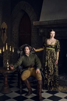 "David Oakes as George, Duke of Clarence and Eleanor Tomlinson as Isabel Neville, in ""The White Queen"" (TV Series, Series costume design by Nic Ede. Elizabeth Woodville, Isabel Woodville, Anne Neville, Philippa Gregory, Period Costumes, Movie Costumes, Red Queen, King Queen, Eduardo Iv"
