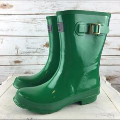 """[Joules] Kelly Green Short Rain Boots Wellies 9 Glossy finish Wellies from UK brand Joules. Stand out from the crowd of Hunter wearers. Medium-height. Stripes down back. Pull on style. Hard wearing sole. Tread for grip.   Color: Green & Navy Material: Rubber Size: 9 (UK 7) Shaft Height: 10"""" Heel Height: 1"""" Calf Circumference (around top): 15.5"""" Condition: NWT. No box included.  No Trades! No PayPal! Joules Shoes Winter & Rain Boots"""