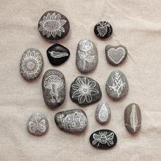 Painted Pebbles  / FamilyFun        A hand-painted stone cat / FIFOTHECAT MUSEUM        hand painted stonesby Vendula Hegerová  vi...