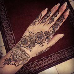 25 Latest Arabic Mehndi designs of 2018 with stunning Art Finger Henna Designs, Mehndi Art Designs, Mehndi Patterns, Simple Mehndi Designs, Henna Tattoo Designs, Bridal Mehndi Designs, Henna Tattoos, Latest Arabic Mehndi Designs, Stylish Mehndi Designs