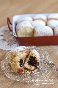 Das luftig, leichte österreichische Hefegebäck ist gefüllt mit Marmelade oder Pflaumenmus (Powidl) und wird besonders gerne im Winter serviert. Auch unter Wuchteln bekannt, lässt diese flaumige Süßspeise die Herzen aller Naschkatzen höherschlagen. Du hast Lust auf Buchteln mit Vanillesoße bekommen? Dann nimm dir unser Rezept zur Hand und vernasche schon bald deine ersten selbstgemachten Weinviertler Wuchteln. Doughnut, Winter, Desserts, Food, Plum Jam Recipes, Marmalade, Souffle Dish, Play Dough, Berries