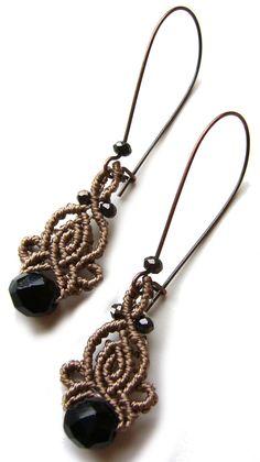 **Geknüpfte Ohrhänger ** in Taupe mit großen und kleinen Glassschliffperlen.   Gesamtlänge ca. 6,5 cm (incl. Ohrhaken) Breite ca. 1,5 cm S-Lon Bead Cord