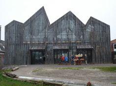 Kaap Skil, het maritiem museum van Texel. In het museum in het havenplaatsje Oudeschild is overigens nog veel meer te zien en te beleven. Je stapt er binnen in vissershuisjes uit vroeger tijd, oude zeerotten geven regelmatig demonstraties touwslaan en visroken, en je komt er alles te weten over de Rede van Texel, de roemruchte VOC en zeehelden als Michiel de Ruyter, die ooit kind aan huis waren in Oudeschild.